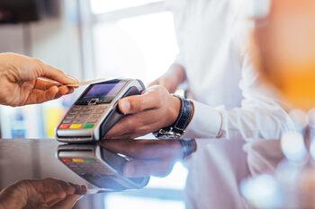 Лимитът на безконтактните покупки с Mastercard се вдига на 50 лв. от пролетта