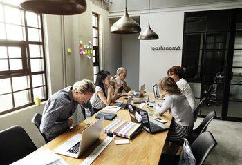 4+1 | За илюзията за перфектното офис пространство, как започва модерната бонбонена индустрия и още