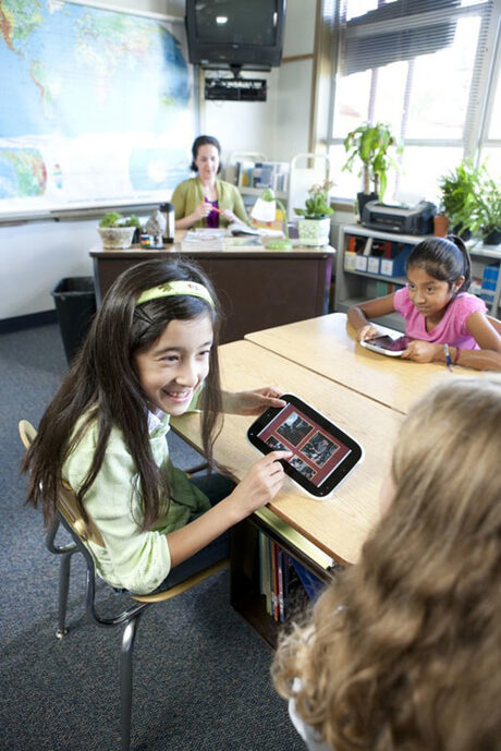 Intel разшири ученическите си Classmate PC предложения с таблета Studybook