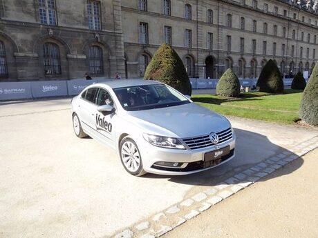 Френска кола обикаля сама в парижки музей