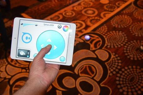 Роботизираната топка Sphero осигурява уголемена реалност, става на бобър