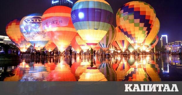 Посетители разглеждат балони с горещ въздух, изложени на туристическо изложение