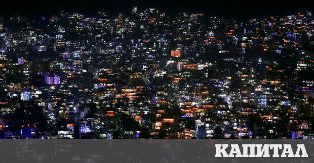 Къщи в Катманду, Непал, украсени с фенери и свещи по