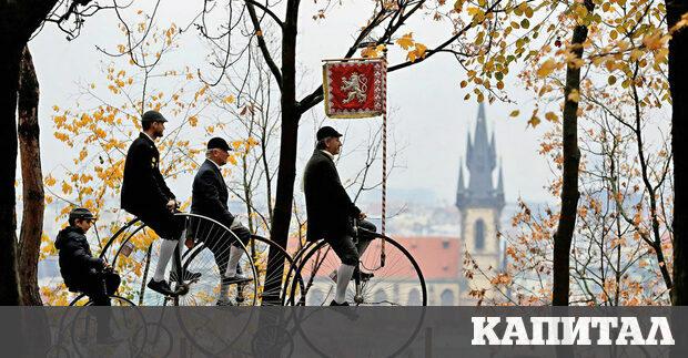 Участници, носещи старовремски костюми, се возят на велосипеди с високи