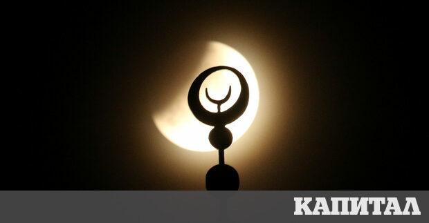Луната, заснета над джамия в Евпатория, Крим по време на