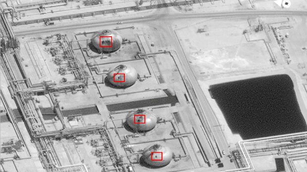 Сателитна снимка показва щетите върху петролните и газови съоръжения на Saudi Aramco в полето Abqaiq