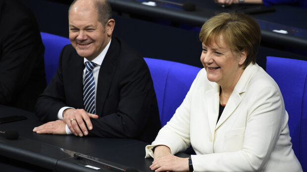 Предложението на финансовия министър Олаф Шолц (вляво) не е консултирано с канцлера Ангела Меркел
