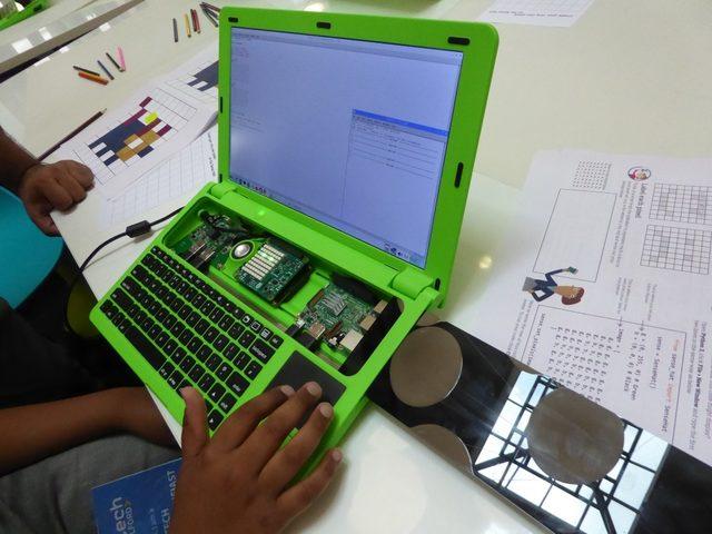 """Pi-top получи голямата награда на образователното експо BETT 2018 за """"Иновация на годината"""". Симпатичния зелен лаптоп дава възможност неговите компоненти да бъдат сменяни или да бъдат добавяни различни, които да вършат специфични функции - например изпълняващи движения, звук и т.н. По този начин един ученик може да пише код, да разработва различни проекти по математика, физика или химия или да създава собствени проекти. <br>"""