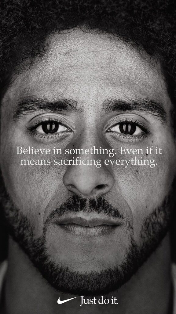 """Колин Каперник, състезателят по американски футбол, който вдъхнови протестите срещу расизма и полицейското насилие, стана лице на рекламна кампания на Nike. Преди година бившият куотърбек на """"Сан Франциско 49"""" даде тон за протести в Националната футболна лига (НФЛ), като отказа да стане на националния химн на САЩ, защото """"няма да показвам уважение към страна, която потиска чернокожите и всички с различен цвят на кожата"""". Постепенно актът му възприеха и други спортисти, а впоследствие се превърна в социално движение. Това донесе обаче много трудности на Каперник, който загуби и работата си. Рекламата на Nike още не е пусната, но 30-годишният спортист публикува снимка. Слоганът е: """"Вярвай в нещо, дори това да значи, че жертваш всичко."""" Веднага се появиха и остри гласове, че компанията заема твърде категорична позиция. В Twitter дори се появиха хаштагове #BoycottNike and #JustBurnIt, a потребители дори публикуваха снимки как горят дрехи на Nike. Акциите на компанията паднаха с 2.3% в сутрешната търговия, съобщи Financial Times"""