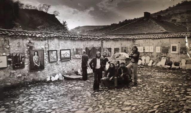 """Част от първите експериментални художници на града, обединени под името """"Група Благоевград"""", по време на изложба в Мелник, 1982"""