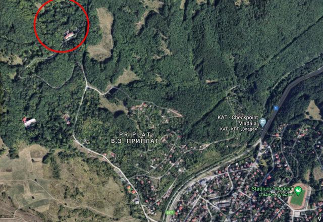Санаториумът се намира по южните склонове на Люлин и западно от Владая