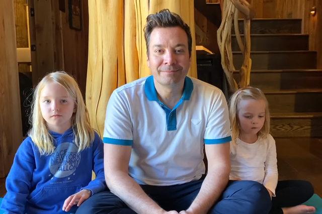 Джими Фалън заедно с дъщерите си Уини и Франсес, които се превърнаха в регулярна част от шоуто му