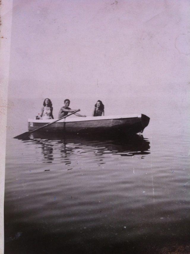Бабата на Капка Касабова, Анастасия, с братовчеди на Охридското езеро, 1942 г.