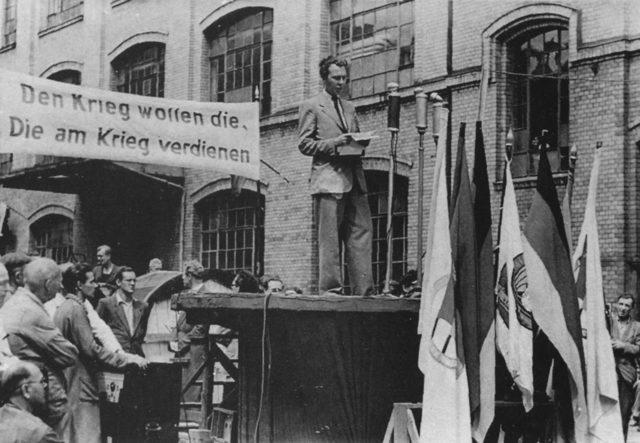 Пийт говори на манифестация за мир в Източен Берлин през лятото на 1950 г., малко след бягството си