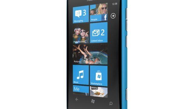 Nokia Lumia 800 (на снимката) използва дизайна на предишния модел смартфон на финландския гигант – N9.