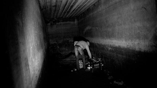 24-годишният Махди обитава заедно с други бежанци стая в мазето на изоставения строеж.