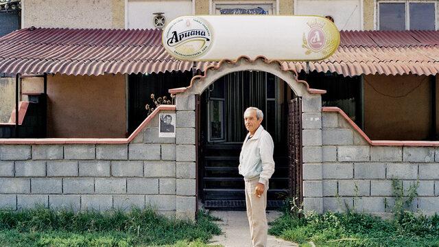 """<strong>6. Colorado, с. Гецово </strong><br /><br />""""Собственикът се казваше Радослав, Радо. Затова кръсти заведението """"Колорадо"""". Жена му се казваше Камелия, от нея е първата буква. Те отидоха в Германия, Радо работи сега в завод на БМВ. Нямат намерение да се връщат. Оставиха кмета да се грижи за кафето. Не го прави за парите, ами защото, ако го затвори, в цялото село няма да има къде да се изпие едно кафе или една бира. Аз идвам тук всяка вечер. Хубаво е, има музика, гледаме футбол. Виждал съм Колорадо по телевизията. Единствената разлика между тук и там е, че ние нямаме каубойски шапки."""""""