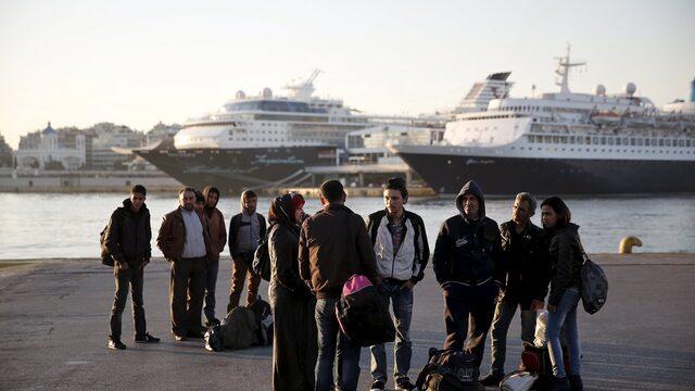 ърция е поканила три фирми да изпратят до септември предложения за придобиване на мажоритарен дял в най-голямото пристанище в страната Пирея – една от най-важните приватизационни сделки за страната