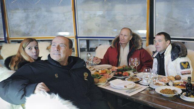 Руският (тогава) премиер Владимир Путин, бившия италианския премиер Силвио Берлускони и тогавашният руски президент Дмитри Медведев през 2012 г. в Сочи.