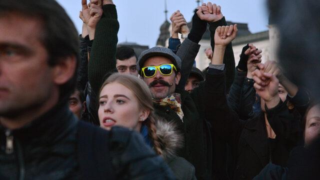 """Студентите се събраха до храм паметника """"Александър Невски"""", продължиха с шествие по ул. """"Раковски"""", а накрая се опитаха да стигнат до централата на партия """"Атака"""", но полицията препречваше пътя."""