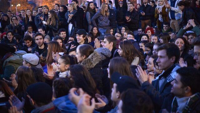 """Недоволството им беше подкрепено и от други граждани и по информация на """"Дневник"""" броят на протестиращите е стигнал хиляда души."""
