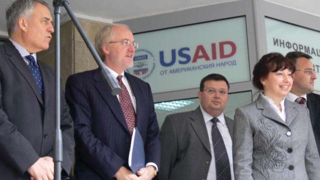 """Снимката от първата страница на доклада на програмата """"Укрепване на съдебната система"""" (1999-2007 г.), финансирана от американската агенция за международно развитие. До Цацаров е бившият посланик на САЩ в България Джон Байърли."""