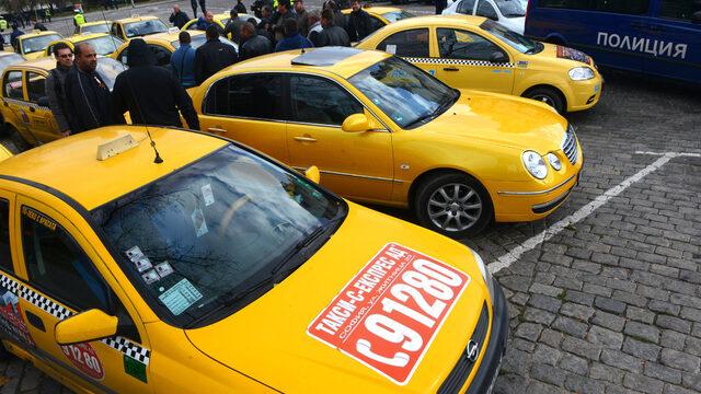 Таксиметровите шофьори отчитат мижав оборот, защото апаратите им не са свързани с НАП и лесно се манипулират. Съответно не плащат и ДДС, а в най-добрия случай, ако изобщо се осигуряват, го правят върху минималната заплата.