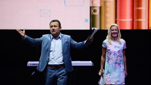 За доброто настроение на учителите (и за голяма изненада на много гости) се грижеха телевизионните водещи и артисти Мария Игнатов и Димитър Рачков...
