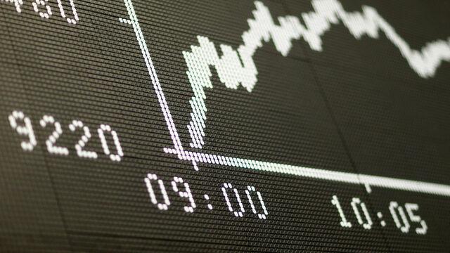 Пазарите ще реагират на орязването на перспективите на кредитния рейтинг на Великобритания в понеделник