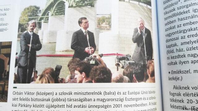 Нови, поръчани от държавата учебници, предизикаха скандал в Унгария заради представянето в тях на премиера Виктор Орбан като баща на нацията и цитирана негова реч срещу бежанците.