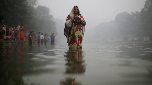 Ню Делхи се бори с най-тежкото замърсяване на въздуха от почти 20 години, като пред магазините, продаващи маски за лице, се извиха дълги опашки.
