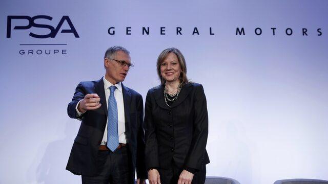Изпълнителните директори на PSA и General Motors Карлос Таварес и Мари Бара