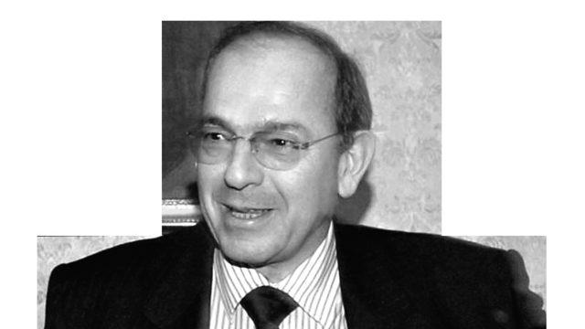 Червеният депутат Атанас Папаризов, който е бил министър в правителствата на Андрей Луканов, Димитър Попов и Жан Виденов, бе оценен от служебния кабинет като подходящ за представител на България в Световната търговска организация. Същата позиция зае и през 2014 г. с решение на правителството на Орешарски.