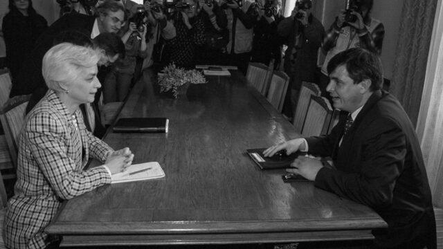 На 4 февруари БСП връща мандата за съставяне на правителство и на 12 февруари президентът Петър Стоянов назначава служебния кабинет на Стефан Софиянски, чието първо решение е за въвеждане на валутен борд. На снимката - Софиянски и ръководителката на мисията на МВФ за България Ан Макгърк.
