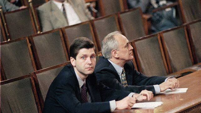На 21 декември Жан Виденов (вляво) подава оставка като лидер на БСП и премиер. Шеф на БНБ по това време е Любомир Филипов (вдясно).