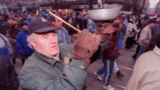 От есента на 1996 г. страната е скована от протести и стачки.