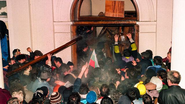 На 10 януари 1997 г. заради решението на БСП да състави второ правителство начело с вътрешния министър Николай Добрев протестиращите направиха жива верига около парламента, а вечерта нахлуха в сградата. Полицията отговори с масов побой в късните часове.
