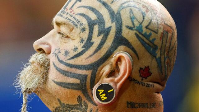 Пол Гест от отбора на Великобритания наблюдава съотборниците си по време на баскетболен мач в инвалидни колички на Invictus Games - международното състезание за параспортисти - пострадали и ранени войници и ветерани, което се провежда в Торонто, Онтарио (Канада) под патронажа на принц Хари,