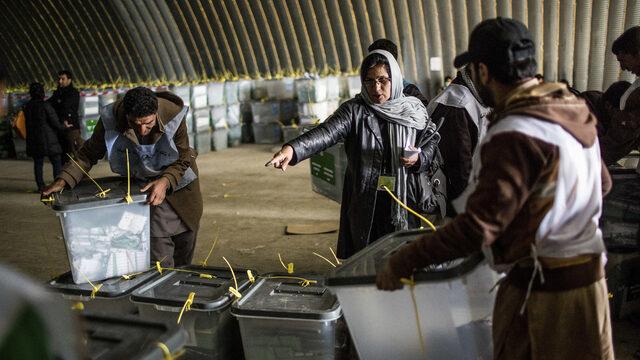 Много международни изборни наблюдатели напуснаха Афганистан след вълна от нападения срещу чужденци по време на вота през 2014 г. Независимата Афганистанска изборна комисия следеше вота.