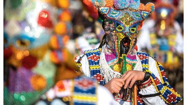 """Причината за шумното и пъстро шествие е Международният фестивал на маскарадните игри """"Сурва""""."""