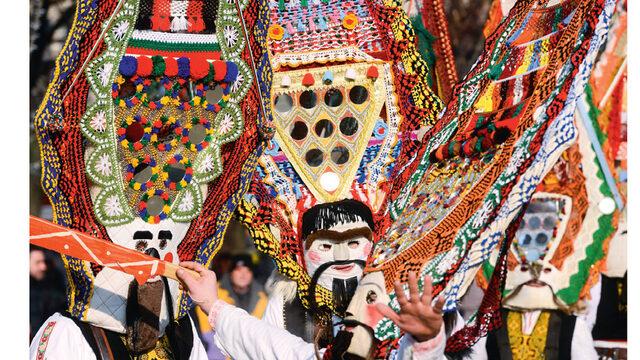 """Фестивалът """"Сурва"""" събира винаги над 5 хил. участници."""