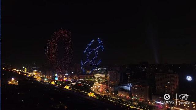 """В китайския град Сиян група ентусиасти поставиха нов световен рекорд за дронове, изпълняващи синхронен полет. В продължение на 13 минути 1374 дрона се издигнаха в нощното небе и светлините им оформяха фигури и надписи, разпрострели се на малко повече от 1 км. За регистриране на постижението присъстваха представители на Книгата на рекордите """"Гинес""""."""
