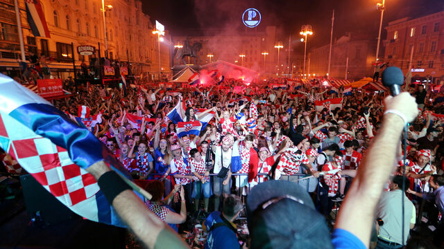 Хърватските фенове изживяха невероятни емоции в събота вечер, след като техният национален отбор отстрани на четвъртфинал домакините Русия и ще срещне отбора на Англия на последното стъпало преди финала.