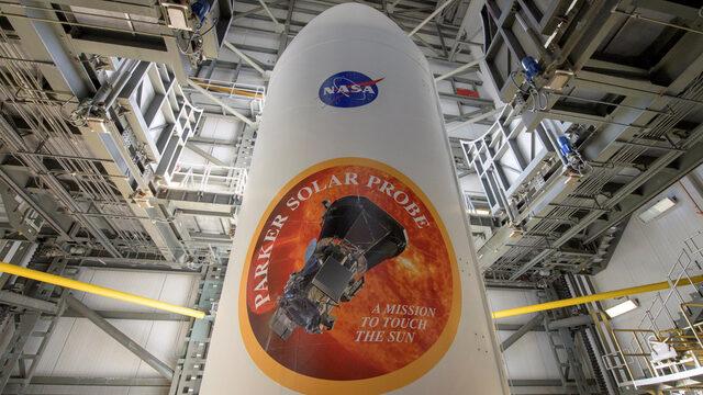 """НАСА изстреля сонда към Слънцето и даде начало на една от най-амбициозните си мисии. Сондата трябва да премине покрай Венера през септември, преди да се гмурне през ноември във фотосферата на Слънцето - тази част от звездата, която остава да се вижда от Земята при пълно слънчево затъмнение. Първите данни от мисията се очакват през декември. Сондата """"Паркър"""" е с големината на семеен автомобил, но за да стигне до Слънцето, е нужна стартова енергия, 55 пъти по-голяма от необходимата при мисия до Марс"""