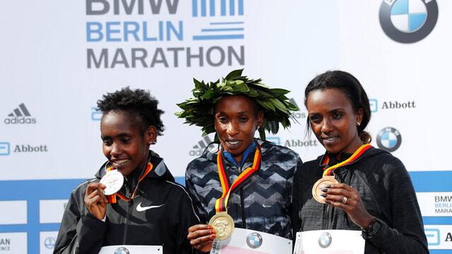 Кения триумфира и при жените миналогодишната победителка Гладис Чероно защити титлата си с личен рекорд от 2:18:11 часа. Втора и тази година завърши Рути Ага от Етиопия, също с лично постижение от 2:18.34 часа. Сънародничката й Тирунеш Дибаба, която е трикратна олимпийска шампионка и петкратна световна шампионка, финишира трета за 2:18:55 часа.