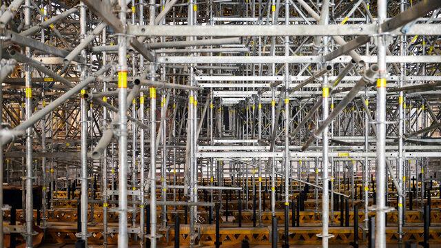 Строителите срещнали най-големи трудности при демонтирането на стария стоманобетонов покрив и част от колоните на залата. Оказало се, че имало елементи, които тежали по 80 тона, а разбиването им би компрометирало цялата конструкция. Наложило се да ги режат с диамантени дискове на парчета от по 2 тона, колкото можело максимално да вдигне кулокранът във вътрешния двор на сградата. За да крепи конструкцията, е изградено скеле, което заема цялата вътрешност на залата и ще бъде демонтирано едва след като се изградят всички инсталации.