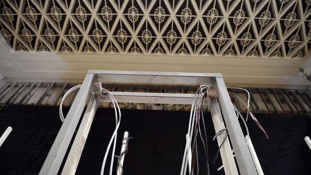 """Архитект Владислав Николов от проектантската компания """"Никонсулт"""" е поискал да се запазят някои от елементите по колоните и тавана на старата зала """"Света София"""". Облицовката на стените ще е мраморна, върху пода ще има мокет."""