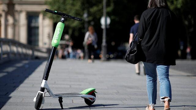 """Френското правителство планира да забрани на електрическите скутери (тротинетки) да се движат по тротоарите и ще изисква те да използват велоалеите или улиците, заяви министърът на транспорта Елизабет Борн, цитирана от Reuters. """"Не можем да позволим на тези превозни средства да се движат с 20 до 30 километра в час и да застрашават сигурността на пешеходците по тротоарите"""", смята тя. През последните месеци две калифорнийски компании, Lime [UBER.UL] и Bird, пуснаха стотици електрически скутери по улиците на Париж, където се конкурират с две китайски програми за споделяне на велосипеди и с управляваната от местните власти схема Velib. През 2017 г. са били продадени повече от 100 хил. електрически тротинетки според френската Федерация за микромобилност."""