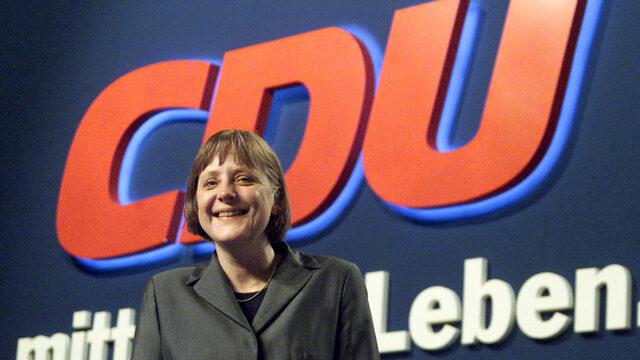 Април 2000 г. - новоизбраният председател на Християндемократичния съюз Ангела Меркел позира пред логото на формацията