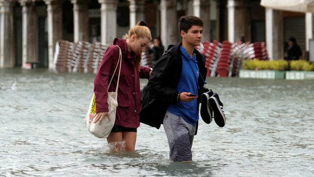 Поне девет са жертвите дотук на лошото време, което обхвана Италия от неделя насам. В североизточната област Венето, където положението е най-сложно, губернаторът обяви извънредно положение. Във Венеция нивото на водата се повиши до 156 см, доста над 130 см, които смятани за критични (на снимката). Жертви има и в Алто Адидже, Северна Италия, в Трентино, също на север, както и крайморската Калабрия. Има блокирани хора в курорт на границата с Швейцария, където обилни снеговалежи натрупаха метър и половина покривка. Поройните дъждове, придружени от ветрове, достигащи в някои региони до 180 км/ ч, станаха причина за спиране на движението в някои райони, а в много италиански общини училищата са затворени.